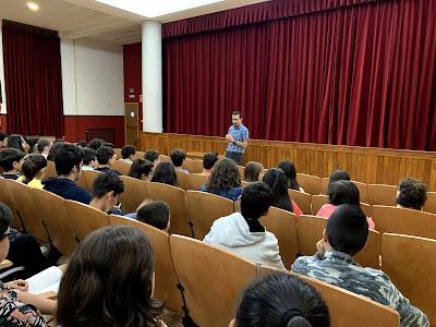 Hector Cajaraville respondiendo a las preguntas de los alumnos de Carmelitas Ourense