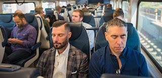 pessoas meditando no trem