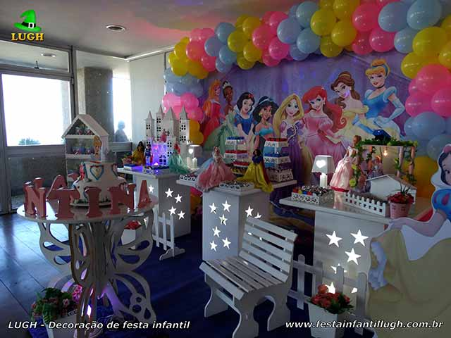 Mesa decorativa para o bolo tema Princesas da Disney
