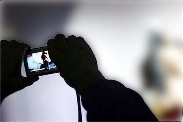 मायके से नहीं लौटी पत्नी तो पति ने सोशल मीडिया पर वायरल कीं निजी तस्वीरें