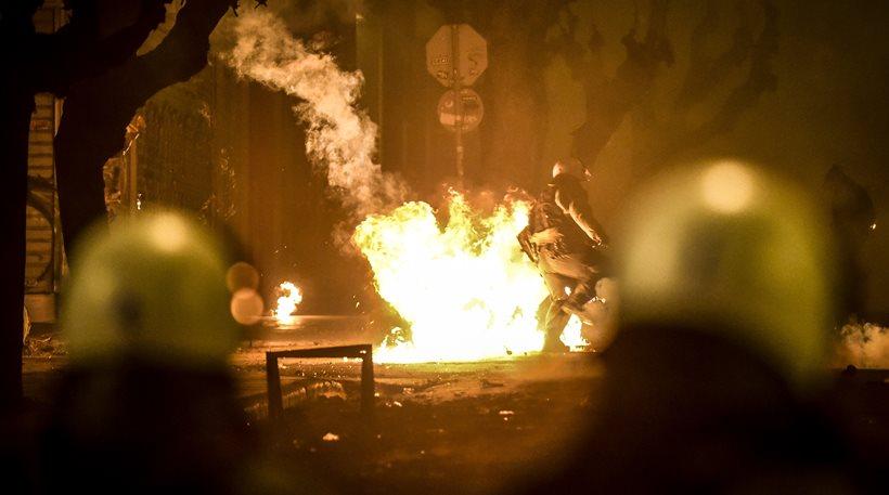 Αυτά μονο στην Ελλάδα τόσα χρονιά δρουν ανεξέλεγκτα: Πέταξαν μολότοφ κατά των ΜΑΤ στο Πολυτεχνείο