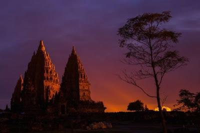 Salah satu foto keindahan candi Prambanan, indahnya suasana sunset disana