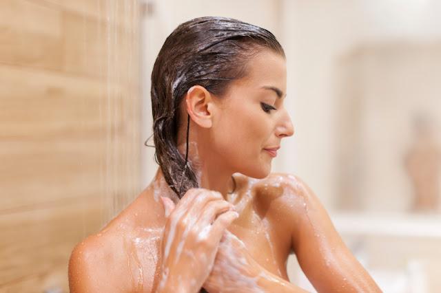 mulher lavando o cabelo ensaboado