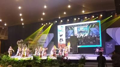 """penampilan tarian """"Nyai Ahmad Dahlan"""" yang diperagakan oleh 33 penari dari Duta Seni Pelajar Kontingen DIY"""