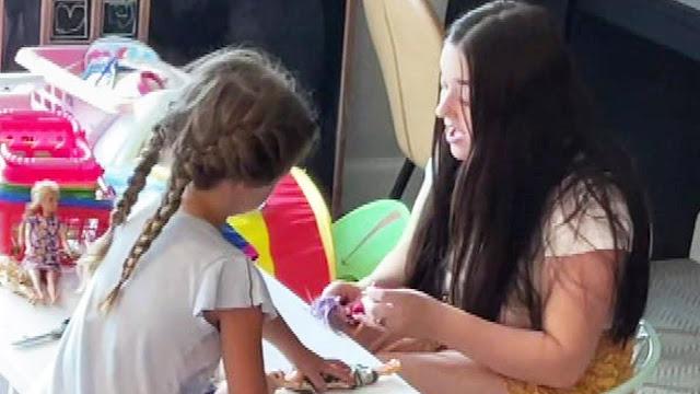 Mamá filma en secreto a la niñera de su hija cantando