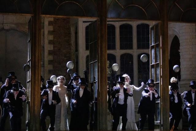 Verdi: La traviata - chorus - Opera Holland Park (Photo Ali Wright)
