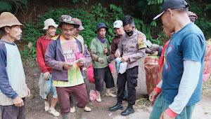 Binmas Polsek Pacet Polresta Bandung Bagikan Masker Jadikan Edukasi Warga