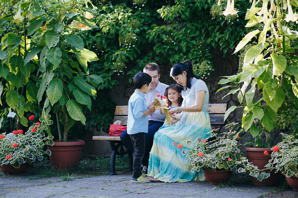 ģimenes pikniks dārzā