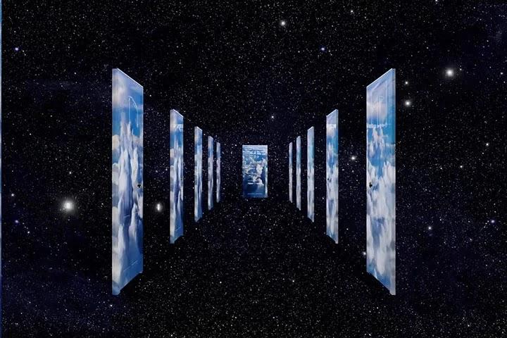 На фоне звездного неба коридор, по обе стороны которого множество дверей, символизирующих возможности выбора, но лишь одна дверь — кратчайший путь к цели и ее подсказывает интуиция