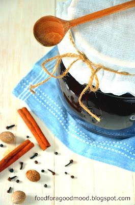 ora nastawić ciasto na tradycyjny, dojrzewający piernik. Intensywnie doprawiony, cudownie aromatyczny, miękki i kruchy zarazem. Najlepszy - przełożony śliwkowymi powidłami i oblany polewą czekoladową. Kocham ten smak! Idealnie by dojrzewał minimum trzy tygodnie, ale wyjdzie również wtedy, gdy zrobicie ciasto na dwa tygodnie przed świętami :)
