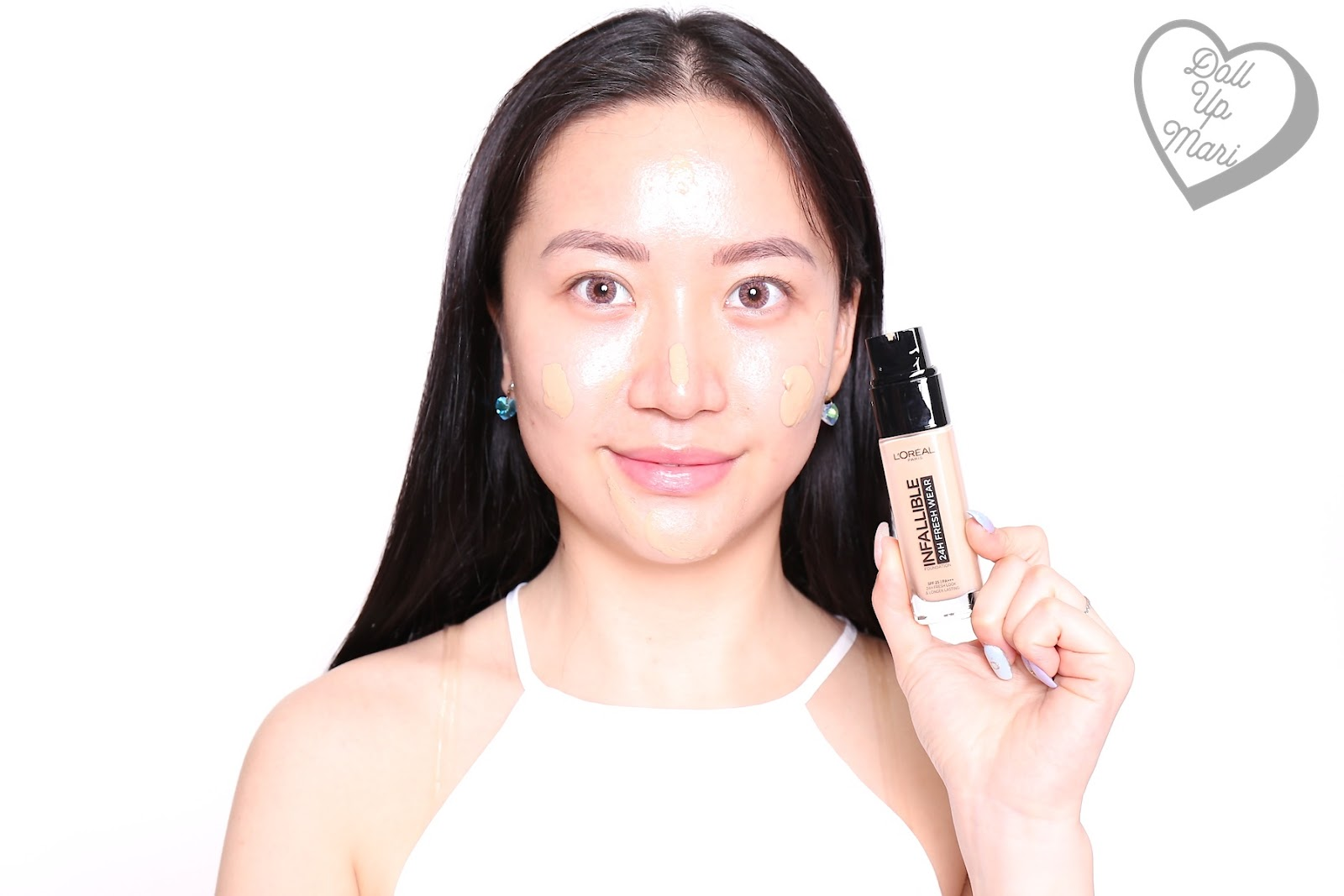 Applying L'Oréal Paris Infallible 24HR Fresh Wear Liquid Foundation SPF25PA+++ in shade Golden Beige