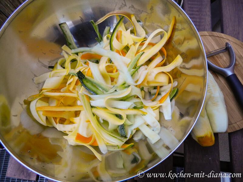 Zucchini in Streifen schneiden