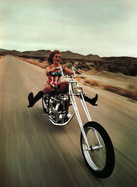 Moteras en pantalones cortos en la década de los 70