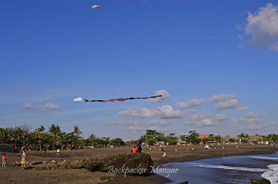 Bermain layang-layang di Pantai Munggu - Backpacker Manyar