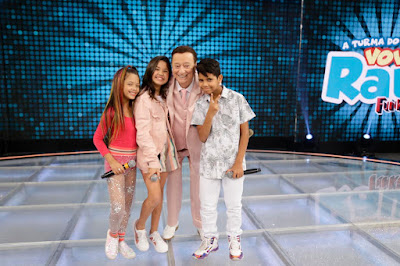 Raul com os jurados de Funkeirinhos MC Arco Íris, MC Paula Guilherme e MC Bruninho(Foto: Rodrigo Belentani/SBT)