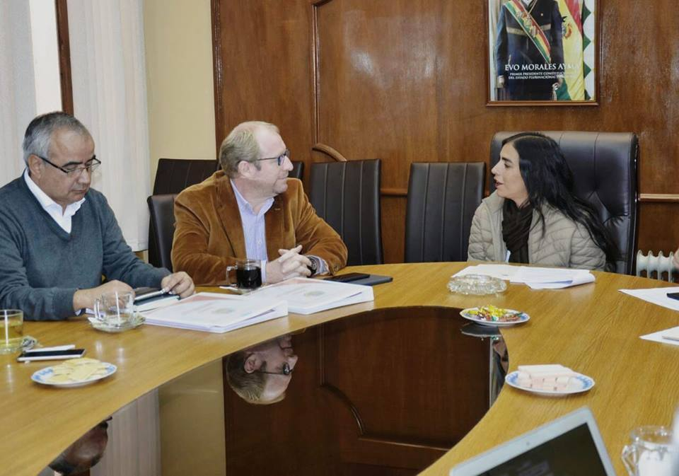Gobernador Oliva reunido con la ministra Montaño, hoy en La Paz / FACEBOOK