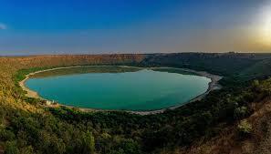 पहले हरा और अब लाल रहस्यमय तरीके से रंग बदल रही लोनार झील