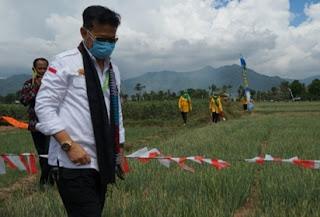Pastikan Ketersediaan Produksi Cukup, Mentan SYL Panen Bawang Merah di Bima