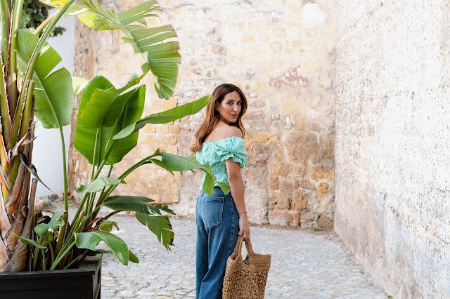 Fashion South con blusa vichy verde y hombros descubiertos.