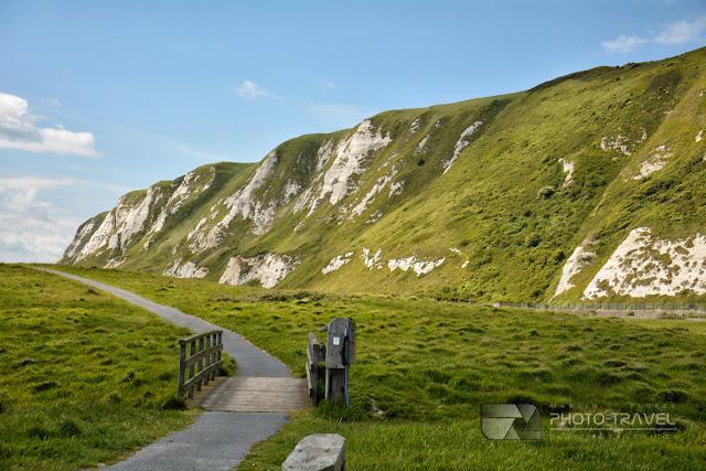 Białe klify Samphire Hoe w Anglii - atrakcje turystyczne w Dover powstała z materiałów wydobytych podczas wydrążania tunelu pod kanałem La Manche.
