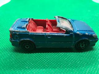 ルノー 19 カブリオレ のおんぼろミニカーを側面から撮影