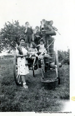 Photo ancienne noir et blanc, familles à la campagne.