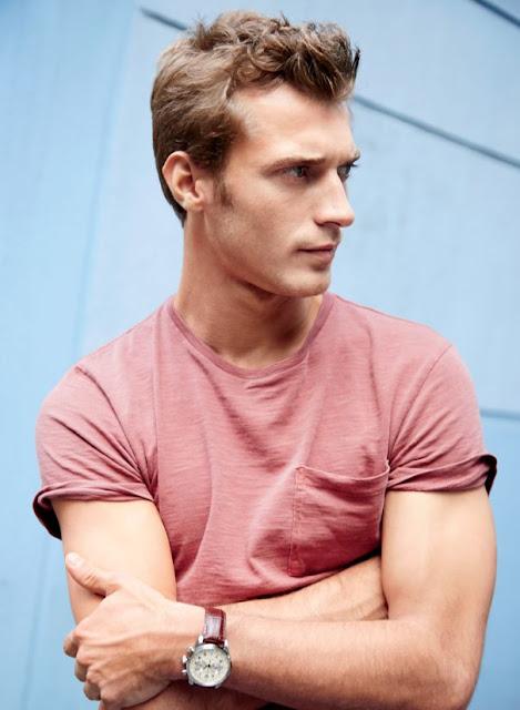 Look com camiseta rosa masculina