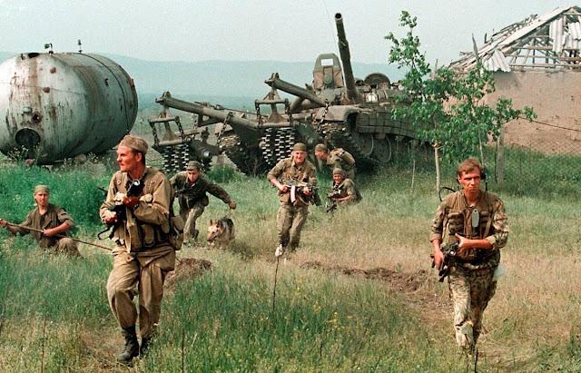 Ρώσοι πεζοί στρατιώτες στο Bamut, προσπερνούν άρμα διασπάσεως ναρκοπεδίων