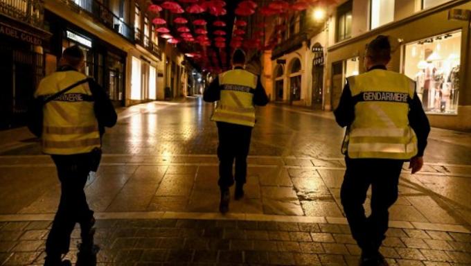 Francia: agenti disperdono negazionisti durante il coprifuoco