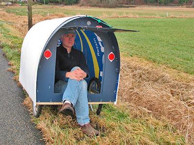 Paul seduto nella propria roulotte trainata dalla bici