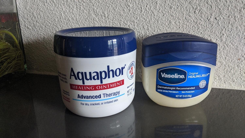 Vaseline và Aquaphor giúp khóa ẩm cực tốt nhưng không hề làm tắc nghẽn lỗ chân lông gây ra mụn.