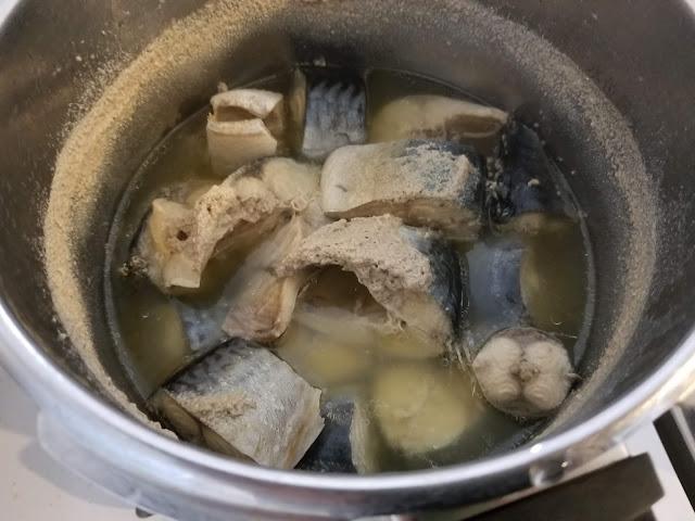 お手製のサバの水煮の作りかけ画像