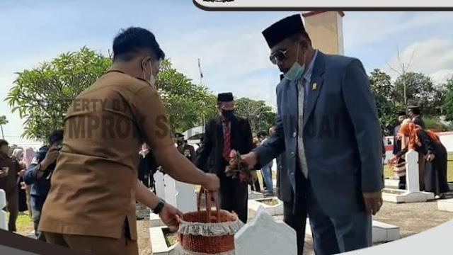 Ketua DPRD Sinjai Tabur Bunga di TMP Mangottong