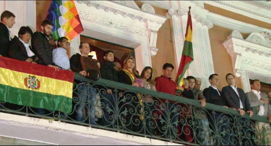 Jeanine Añez junto a los líderes cívicos de Santa Cruz, Luis Fernando Camacho, y de Potosí, Marco Pumari, en el palco de Palacio Quemado / CAPTURA PAT