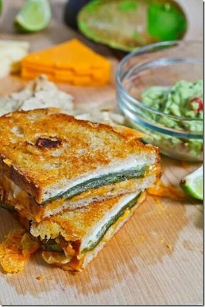 Sandwich panggang isi keju, cabai jalapeno, dengan sedikit keripik tortilla bubuk supaya lebih renyah.