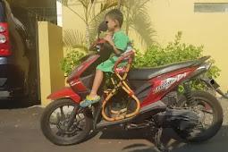 Emak-Emak Jangan Menambahkan Kursi di Motor untuk Anak, Bahaya!