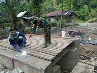 Danramil 12/BKH Cek Kualitas Jembatan TMMD 111 Kodim 0204/DS