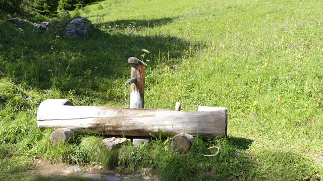 Idyllischer Brunnen am Rosengarten, Dolomiten