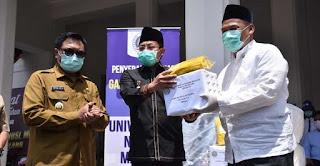 Penyerahan paket donasi dari Rektor UM kepada Wali Kota Malang