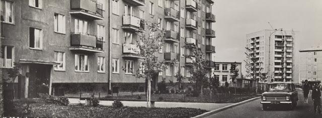 """1965 год. Рига. Югла. """"Известно, что за последние 10 лет половина населения Советского Союза переселилась в новые благоустроенные дома. Программа жилищного строительства в Латвии успешно выполняется. Новый жилой массив на берегу озера Югла"""""""