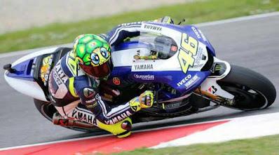 Rossi memakai helm kura-kura.jpg