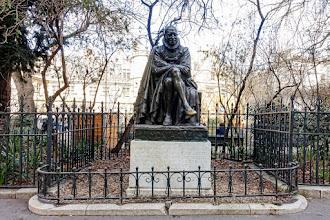Paris : Statue de Montaigne, le pied porte-bonheur des étudiants de la Sorbonne, une oeuvre de Paul Landowski - Vème