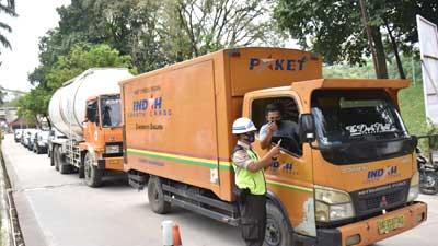 Antrean truk mengisi muatan di PPI Indarung