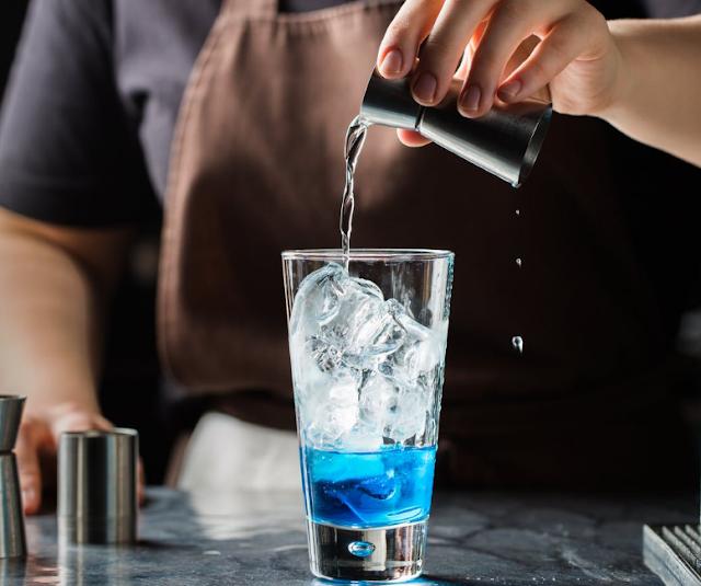 Tomar bebidas alcohólicas fuertes NO ayuda a combatir el coronavirus, OMS