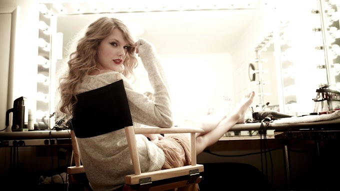 Taylor Swift Chilling HD Wallpaper