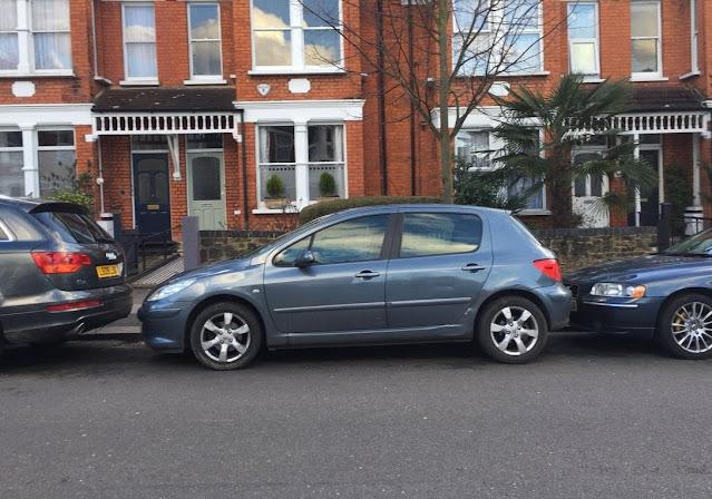 Begini Tips Biar Lancar Parkir Mobil di Tempat Sempit