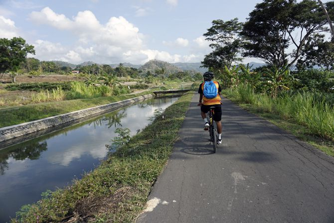 Di Kulon Progo bisa melihat hamparan sawah dan aliran sungai