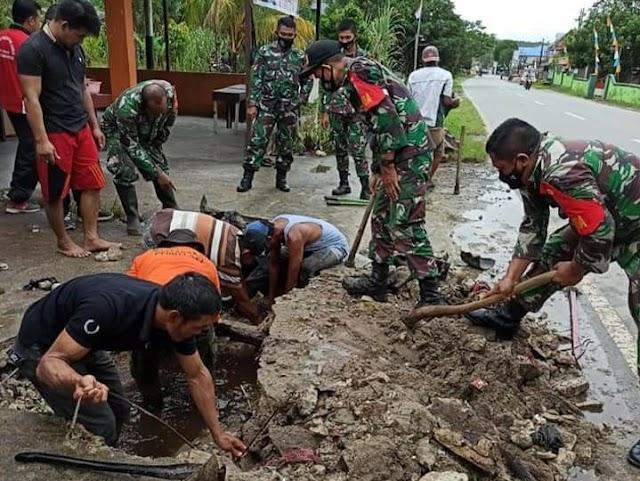 Cegah Genangan Air, Koramil Mandor Gotong Royong Bersihkan Drainase