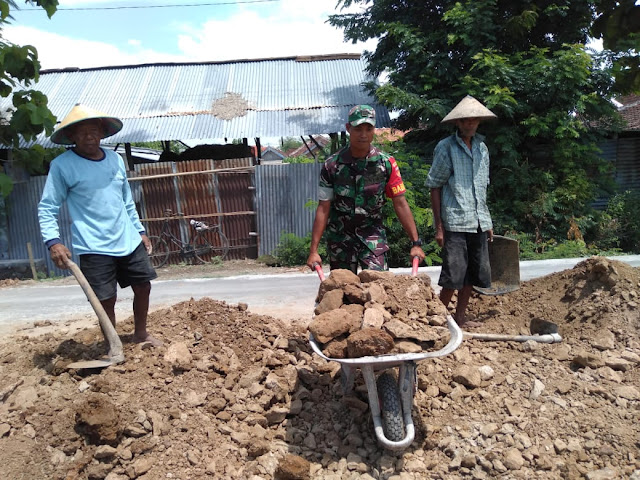 Babinsa Bersama Warga Guyub Rukun laksanakan Pengerasan Jalan
