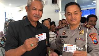 Bermitra dengan Sekolah Mengemudi, Satlantas Polres Lumajang Bagikan SIM Gratis